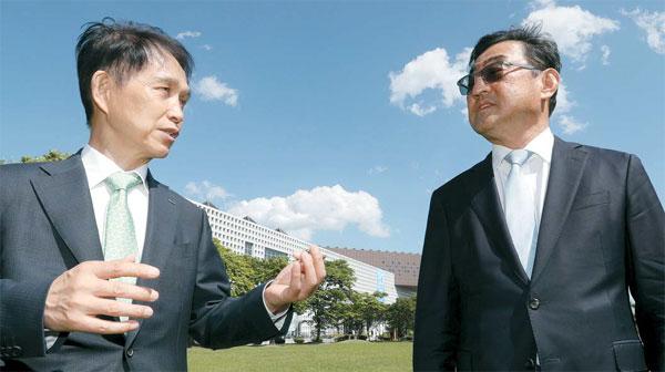 이광형 KAIST 총장(왼쪽)과 김무환 포스텍 총장이 대전 KAIST 본원 캠퍼스를 거닐며 대화하고 있다. [이승환 기자]
