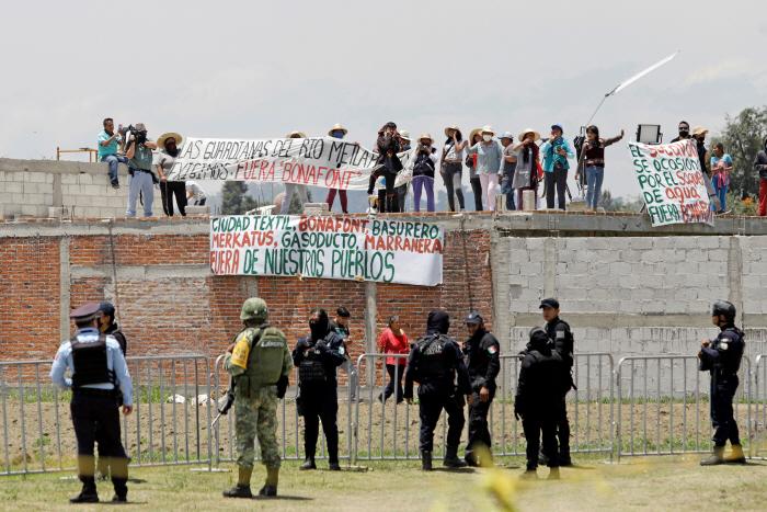 Funcionarios de grupos de derechos de los animales realizan una protesta cerca de un sumidero en México el día 10.  Exigen que el gobernador, que tiene previsto visitar el sitio hoy, rescate a dos perros de un sumidero. [사진 출처 = 연합뉴스]