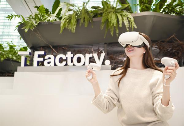 SK텔레콤 모델이 서울 마포구 홍대입구에 위치한 SK텔레콤 T 팩토리에서 VR(가상현실) 기기 오큘러스 퀘스트2를 체험하는 모습. [사진 제공 = SK]