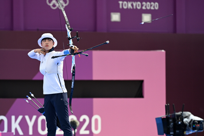 Ansan of South Korea pulls her bow toward the target in the women's individual archery final at the Tokyo 2020 Olympic Games at the Yumenoshima Park Archery Field in Tokyo, Japan on the 30th.  Ansan won gold medals in the individual event following the mixed team event and the women's team event, becoming the first woman to win three Olympic gold medals in archery. [한주형 기자]
