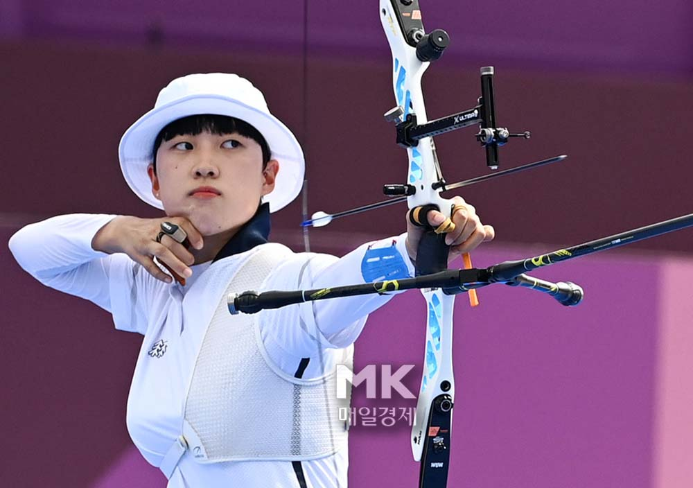 Ansan, the national archery team, pulls the bow during the women's individual archery event at the Tokyo Olympics held at the Yumenoshima Park Archery Field in Tokyo, Japan on the 30th. 2021.7.30.  [도쿄 = 한주형 기자]