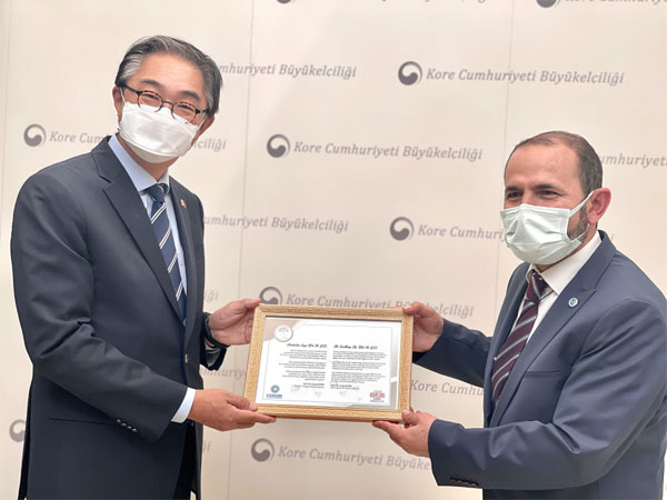 이원익 대사(왼쪽)에게 감사패를 전달하는 터키 환경단체연대협회의 에윱 데빅 회장.