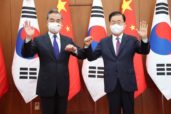 Foreign Minister Chung Eui-yong (right) and Chinese Foreign Minister Wang Yi (王毅) pose for a commemorative photo prior to a bilateral foreign ministers meeting held at the Ministry of Foreign Affairs in Jongno-gu, Seoul on the morning of the 15th. [사진출처=연합뉴스]