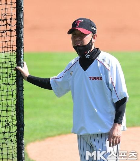 타자들의 훈련을 지켜보고 있는 류지현 LG 트윈스 감독. 사진=김재현 기자