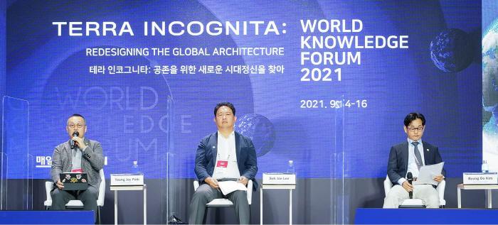 (From left) CEO Baek Young-jae, Professor Lee Seok-jae, and Professor Kim Byung-do
