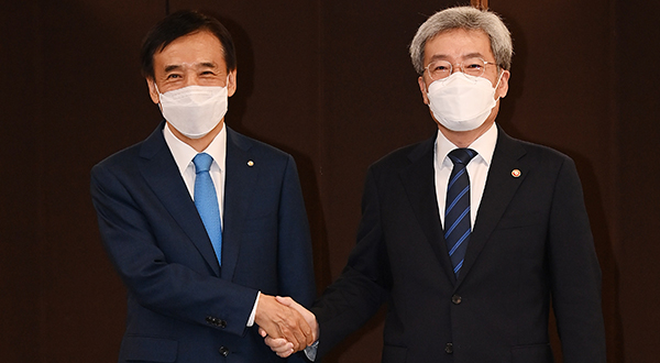 Bank of Korea Governor Lee Ju-yeol (left) and Financial Services Commission Chairman Koh Seung-beom [Photo by Yonhap]