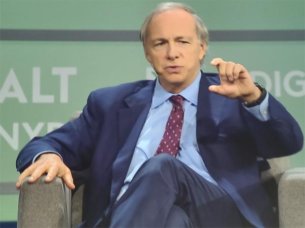 세계최대 헤지펀드인 브릿지워터 어소시에이츠 창업자인 레이 달리오 CEO가 15일(현지시간) 미국 뉴욕에서 열린 SALT 컨퍼런스에 참석, 가상화폐의 미래에 대해서 이야기하고 있다. [박용범 특파원]