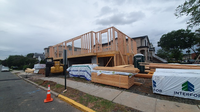코로나19 바이러스의 장기화로 집을 새로 짓거나 리모델링하려는 수요가 급증하고 있다. 미국 뉴저지주의 한 주택이 새로 지어지고 있다/출처=추동훈 뉴욕특파원