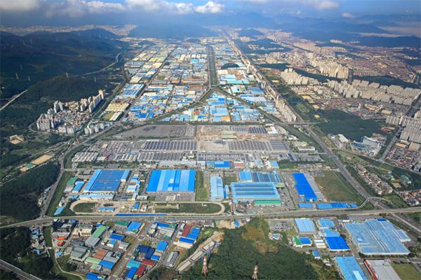창원국가산단은 2019년 2월 스마트산단 선도 프로젝트로 선정돼 2022년까지 30개 사업에 1조4915억원의 예산이 투입될 예정이다. 사진은 창원국가산단 전경. [사진 제공 = 경남도]