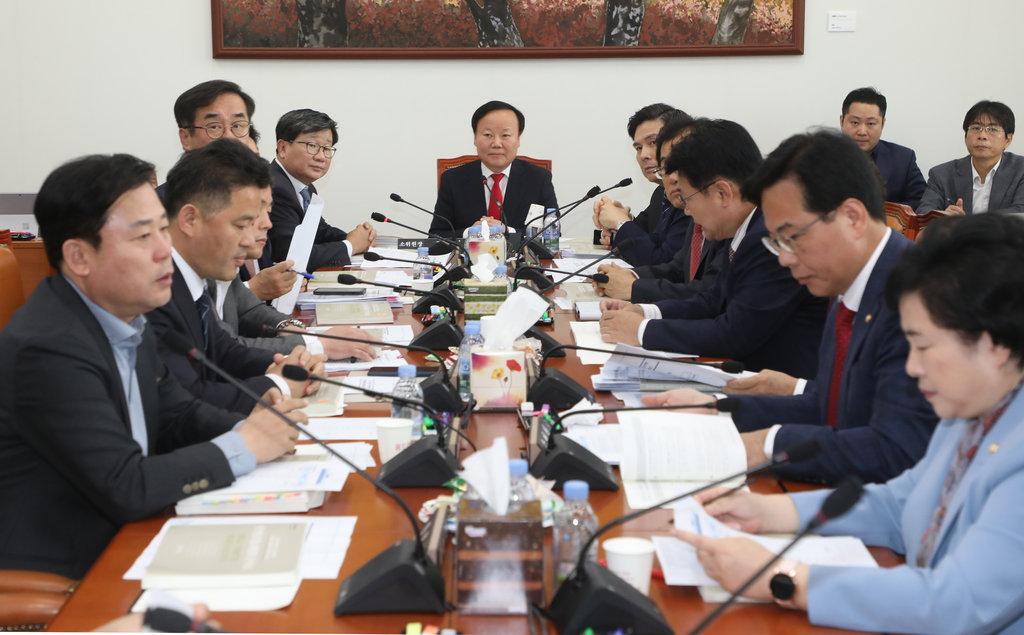 예산안조정소위 주재하는 김재원 위원장