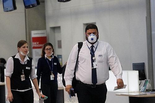 마스크를 쓴 상파울루 국제공항 직원들
