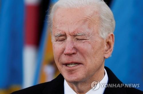 Biden은 취임 하루 전 워싱턴에 입국합니다. 델라웨어에서 집을 떠나면서 눈물을 흘립니다.