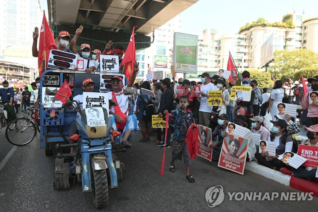 """미얀마 쿠데타 반대 시위 8 일째 … """"밤 납치 중지"""""""