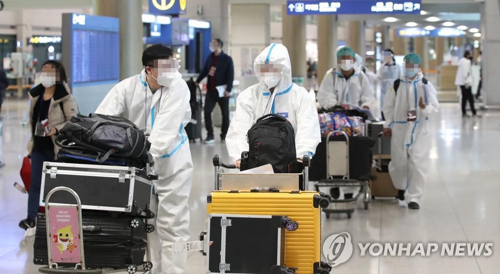 임시 격리시설로 향하는 해외 입국자들