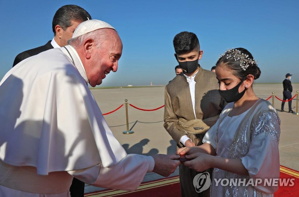 이라크 교황은 IS 공격으로 파괴 된 기독교 공동체를 찾고 있습니다