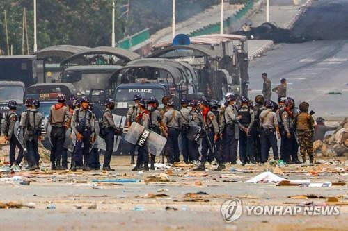 무장 한 반군과 계엄령과 방화 연대 … '클록 제로'카오스 미얀마