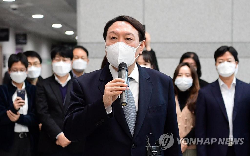 집콕 윤석열, 지지율은 '상한'… 정치, '尹 증후군'의 촉감