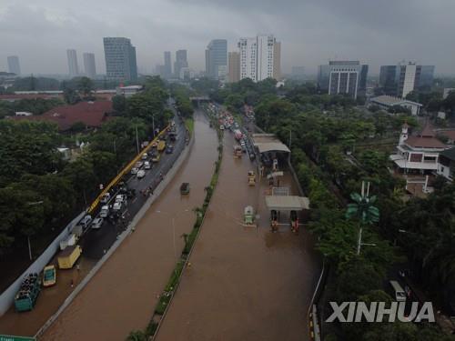 인도네시아 자카르타에서 두 달 동안 196 건의 홍수 북부 해안 제방 시급