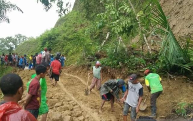 """인도네시아 플로레스 섬 산사태 … """"63 명의 주민이 묻혀 죽었다"""""""
