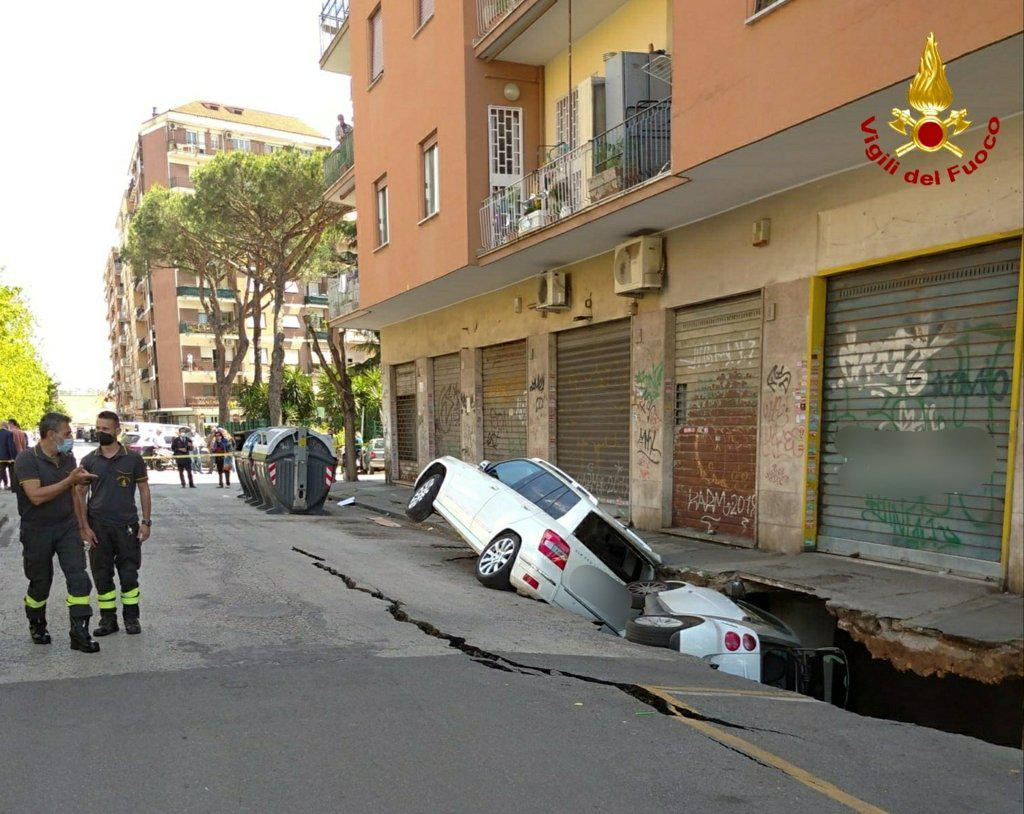 On the 25th (local time), a car crashed into the ground in a sinkhole in Rome city. [로이터=연합뉴스]