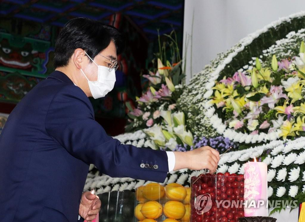 Rep. Park Yong-jin, incense at the funeral of Monk Wolju