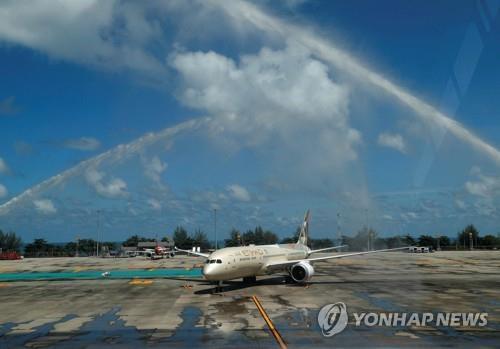 푸껫 샌드박스 모델을 이용해 입국한 관광객들을 태운 항공기