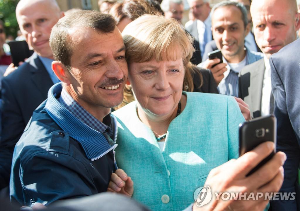German Chancellor Angela Merkel taking selfie with refugees[EPA=연합뉴스]