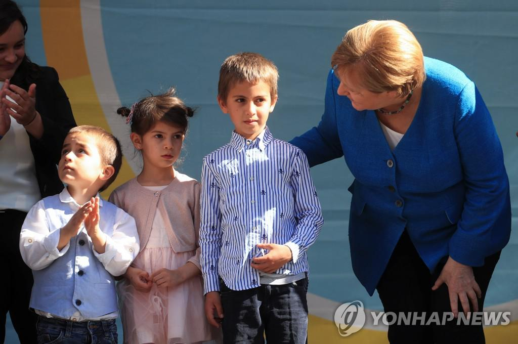 Chancellor Merkel and her children at the general election campaign[로이터=연합뉴스]
