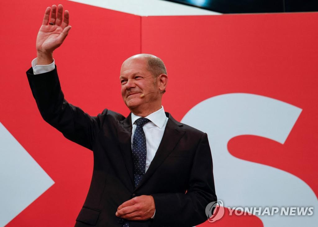 German Social Democrat Chancellor Olaf Scholz waving to party members[AFP=연합뉴스]