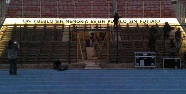 """""""과거를 잊은 사람들에게 미래는 없다(Un pueblo sin memoria es un pueblo sin futuro)""""칠레 수도 산티아고에 있는 국립경기장 `존엄의 관람석`에 적혀진 말. /출처=칠레24horas"""