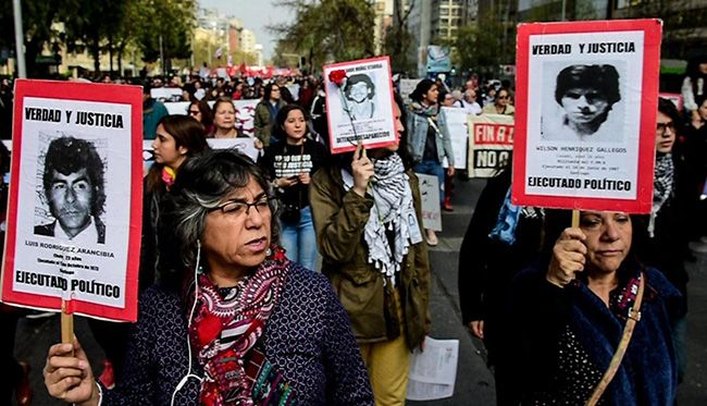 8일(현지시간) 일요일 칠레 수도 산티아고에서 시민들이 피노체트 독재정권 시절 고문으로 사망하거나 실종된 사람들의 신원이 걸린 팻말을 들고 행진하고 있다. 9월 11일을 앞둔 일요일이면 칠레 시민단체들은 매년 이런 행진을 한다고 한다. /출처=AFP