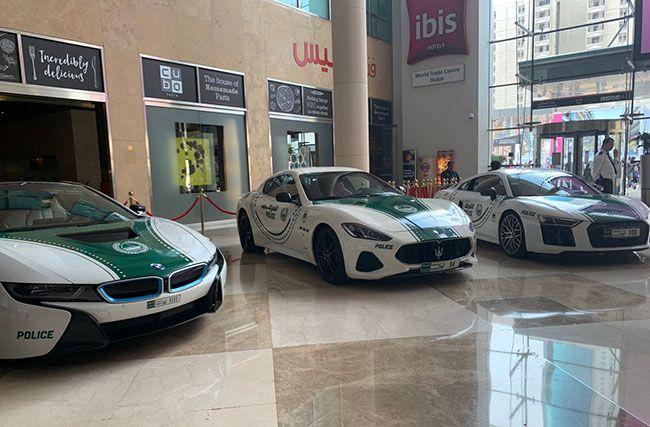 럭셔리한 위용의 두바이 경찰차들이 도열해 있다.