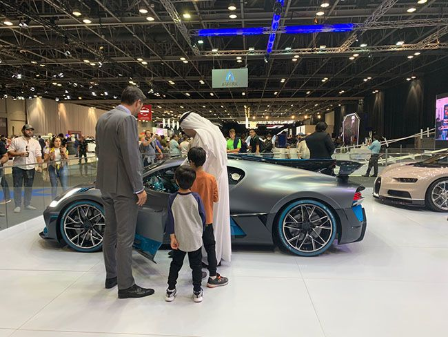 두바이 현지인이 럭셔리카를 사기 위해 이것저것 알아보고 있다. 실제로 이 분은 이 사진을 찍은 뒤 차구입 계약을 했다.
