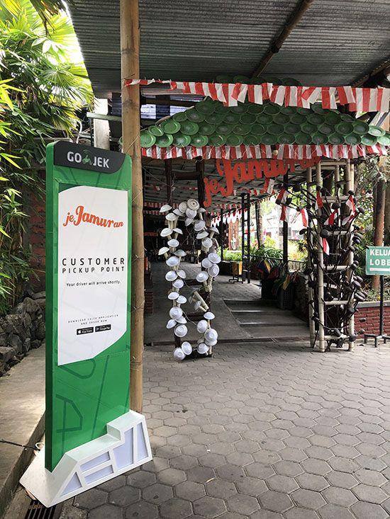 자바섬 중부에 위치한 족자카르타의 유명 식당에 마련된 고젝 승·하차 장소.